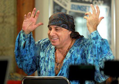 rumble-the-indians-who-rocked-the-world-unerhoert-musikfilm-steven-van-zandt-min