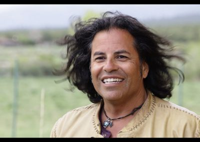 rumble-the-indians-who-rocked-the-world-unerhoert-musikfilm-stevie-salas-min