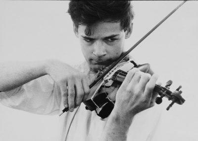 tony-conrad-completely-in-the-present-unerhoert-musikfilm-1966-by-frederick-eberstadt-min